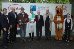Siegerehrung mit A. Overbeck, Jockey P. Gibson, RV-Präsident P. M. Endres. Foto: Suhr