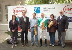 Siegerehrung mit Jockey Filip Minarik, Trainerin Chr. Janssen, J. Böhm, Vorstand des Rennvereins. Foto Suhr