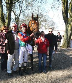 Sieger Lavallo mit Besitzer W. Bartel, Jockey Alex Pietsch und Trainer Waldemar Hickst. Foto Suhr