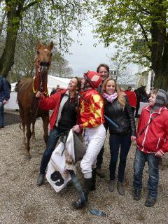 Amanjena mit Trainerin Heike Rosenbach, Jan Palik und Laura Rosenbach (Foto Suhr)