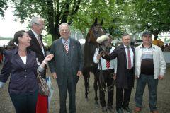 Sworn Sold mit einem strahlenden Besitzer A. Woeste und Trainer Waldemar Hickst. Foto Suhr