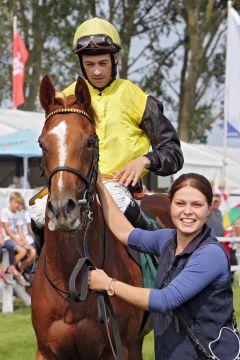 Nossa mit Daniele Porcu nach dem Sieg in der Goldenen Peitsche von Bad Doberan. www.galoppfoto.de - Sabine Brose