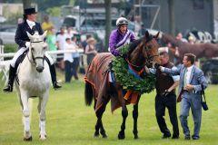 Der Derbysieger mit Jockey Andrasch Starke und Trainer Peter Schiergen auf dem Geläuf. Foto: Dr .Jens Fuchs