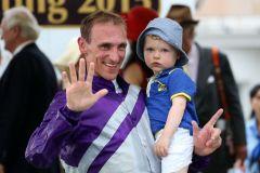Jockey Andrasch Starke mit Sohn Henning. Foto: Dr. Jens Fuchs