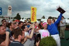 ockey Frankie Dettori und seine englischen Fans bei der Siegerehrung nach dem Grossen Preis von LOTTO Hamburg. www.galoppfoto.de