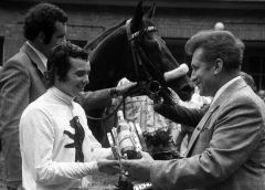 Jockey Martin Rölke bei der Ehrenpreisuebergabe nach dem Sieg mit Tauchsport im Derby der DDR 1975. www.galoppfoto.de - Archiv Hilde Hoppe