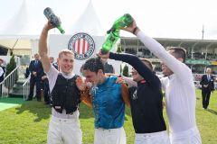 ockey Maxim Pecheur bekommt nach dem Sieg im 148. IDEE Deutsches Derby eine Champagnerdusche von den Koellegen Martin Seidl, Rene Piechulek und Alexander Pietsch. www.galoppfoto.de - Marius Schwa