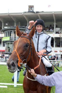 Happy über den ersten großen Treffer beim Derby-Meeting 2015: Jockey Adrie de Vries auf Odeliz. www.galoppfoto.de - Frank Sorge
