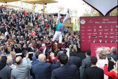 Ohne den geht es nicht - der Dettori-Jump nach dem Arc-Sieg mit Enable. www.galoppfoto.de - Frank Sorge