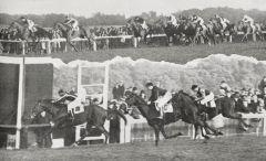 """Aus dem Archiv: Der """"Arc"""" 1929. Auf dem oberen Bild führt noch Oleander unter Joe Childs, unten der Zieleinlauf, Ortello (Willy Carter) vor Kantar und Oleander, bis zum Sonntag die beste Platzierung eines Schlenderhaners in diesem Rennen."""