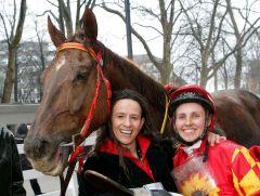 Olga Laznovska (rechts) mit Amanjena und Trainerin Heike Rosenbach nach dem Erfolg am 04.03.2012 in Neuss. www.klatuso.com