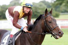 Paul Andrew Johnson - hier mit Schonacher beim Aufgalopp - hängt im Sommer 2011 die Jockeystiefel an den Nagel und wird Assistenztrainer bei Andreas Löwe. www.galoppfoto.de