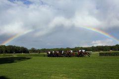 Was für ein Naturschauspiel ... das Feld im 43. Oleander-Rennen unter dem Regenbogen. www.galoppfoto.de - Frank Sorge
