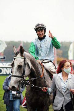 Quian mit Bauyrzhan Murzabayev nach dem Sieg im Oleander-Rennen. www.galoppfoto.de - Frank Sorge