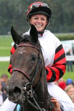 Dieses Sieger-Lächeln hat man in letzter Zeit schon öfter gesehen: Die Auszubildende Alexandra Vilmar freut sich über Jahres-Erfolg Nummer 7 mit Rakete. www.galoppfoto. de - Sebastian Höger