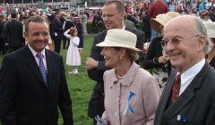 Johann Henrich Delius (im Hintergrund) und seine Eltern Ruth und Reinhard Delius mit Trainer Andreas Wöhler (l.). www.dequia.de