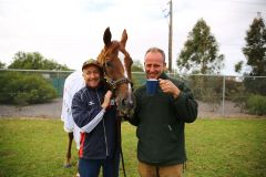 """Der Zweitplatzierte mit seinen Pflegern Trevor und Robin, die Trainer Ed Dunlop nur als Red Cadeaux's """"Mummy and his Dad"""" bezeichnet. Seit der alte Wallach auf Reisen geht, sind die Beiden dabei und """"das Schauspiel mit den Trio ist sehenswert"""", meint Susanne Wöhler, die uns die Bilder aus Australien zugesandt hat. """"Red Cadeaux ist hier in Australien fast schon ein Held und ein außergewöhnlich liebenswerter  Charakter"""", heißt es weiter. www.rennstall-woehler.de"""
