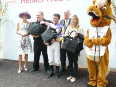 Siegerehrung mit Besitzer Lucien van der Meulen, Vizepräsident A. Woeste und Adrie de Vries. Foto G. Suhr