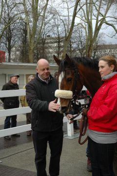 Siegerin Aristocrata mit Trainer Ralf Rohne. Foto: Gabriele Suhr