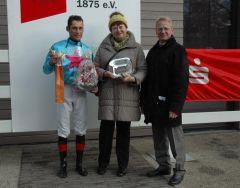 Siegerehrung mit Jockey Alex Pietsch, Marlene Haller und Reinhard Ording. (Foto: Suhr)