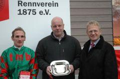 Siegerehrung mit Andrasch Starke, Trainer Ralf Rohne, Reinhard Ording vom Rennverein Neuss. Foto: Gabriele Suhr