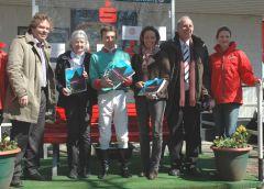 Siegerehrung mit Besitzerin Frau A. v. Wedel, Jockey Adrie de Vries, Gisela Schiergen, Hans Martin Schlebusch, Präsident des Mülheimer Rennvereins. Foto Gabriele Suhr