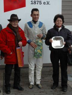 Siegerehrung mit Lutz Mäder, Alex Pietsch und Erika Mäder. (Foto: Suhr)