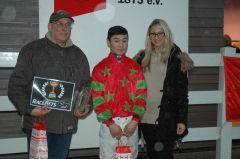 Siegerehrung mit Jockey B. Ganbat (Foto Suhr)