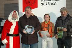 Siegerehrung mit Weihnachtsmann P. Ritter, Andrea Glomba und Uwe Schwinn. (Foto Suhr)