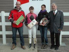 Siegerehrung mit Trainer Steffen Jakoby, Lena Mattes, Peter Ritters vom RV Neuss (Foto Suhr)