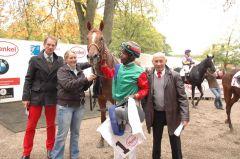 Der Sieger Remino mit Besitzer Daniel Delius, Jockey Eduardo Pedroza und Trainer Uwe Stoltefuß. Foto: Gabriele Suhr
