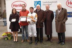 Siegerehrung mit Trainer Axel Kleinkorres und Jockey Adrie de Vries. Foto Suhr