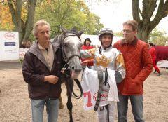 Siegerin Adalea mit Jockey Adrie de Vries und Trainer Axel Kleinkorres. Foto Suhr