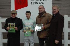 Siegerehrung mit Trainer Ertürk Kurdu und Jockey B. Ganbat. (Foto Suhr)