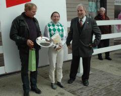 Siegerehrung mit Uwe Schwinn, Andrea Glomba, Peter Ritters (Foto Suhr)
