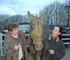 Falakee mit Frau Leiner und Pflegerin Ina Gockel (Foto Suhr)