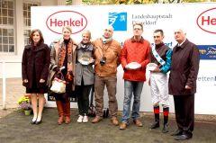 Siegerehrung mit Familie Rühl, Trainer Axel Kleinkorres, Jockey Alex Pietsch und Geschäftsführer Günter Gudert. Foto Suhr