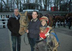 Falakee mit Besitzer A. Leiner, Pflegerin Ina Gockel, Reiterin Steffi Hofer (Foto Suhr)