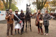 Shoshonie umrahmt von Familie Rühl und Jockey Alex Pietsch. Foto Suhr