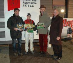 Siegerehrung mit Sabrina Wandt, Christian von der Recke, Reinhard Ording vom Rennverein Neuss. (Foto Suhr)