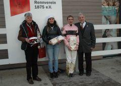 Siegerehrung mit Besitzerin B. Kreuder, Trainerin Marion Weber, A. Starke, P. Ritters vom RV Neuss (Foto Suhr)