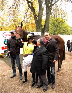 Siegerin Enjoy The Life mit Jockey Andy Best und Trainer Mario Hofer. Foto: Gabriele Suhr Suhr