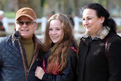 Rennreiterin Amina Mathony mit Opa Uwe und Mutter Sarah im Portrait beim Dortmunder Sandbahn-Finale 2019-2020. www.galoppfoto.de - Stephanie Gruttmann