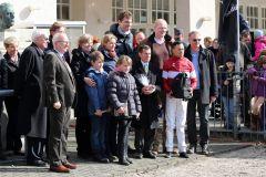 Siegerehrung nach dem überlegenen Sieg von Ross im Maidenrennen mit Trainer Peter Schiergen, Jockey Daniele Porcu und dem Stall Domstadt mit zahlreichen Anhängern. Foto: Dr. Jens Fuchs