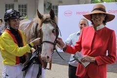Royal Run mit Alexander Pietsch und Besitzerin Helga Endres nach dem Sieg. www.galoppfoto.de - Sandra Scherning