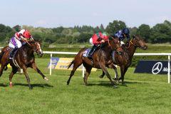 Royal Solitaire setzt sich in einem packenden Finish gegen die in totem Rennen endenden Nymeria (außen) und Rosebay (innen) durch. www.galoppfoto.de - Sarah Bauer