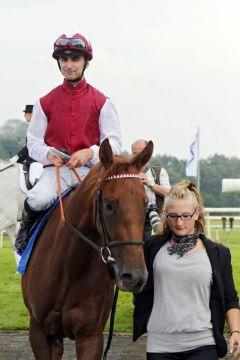 Sarinda mit Anthony Crastus nach dem Sieg auf Listenparkett in Hannover. www.galoppfoto.de - Frank Sorge
