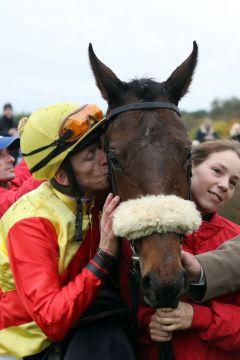 Schnellen Pferden gibt man ein Küßchen oder auch zwei ... Orluna mit Filip Minarik nach dem Sieg. www.galoppfoto.de - Frank Sorge