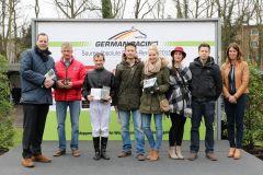 Siegerehrung für den Sieg von Shady mit Eugen Frank für Besitzertrainer Rainer Krapp (2.v.l.). Foto: Dr. Jens Fuchs