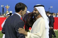 Shake-Hands: Sheikh Mohammed bin Rashid al Maktoum gratuliert dem siegreichen Trainer Aidan O'Brien. www.galoppfoto.de